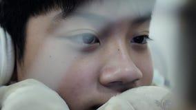 Śliczna azjatykcia chłopiec używa pastylka komputer, Młody nastoletniego chłopaka dopatrywanie na cyfrowej pastylce 4k zwolnione  zbiory wideo