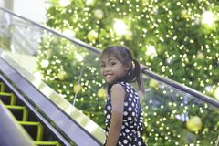 Śliczna azjatykcia dziewczyna cieszy się z bożonarodzeniowe światła Zdjęcie Royalty Free