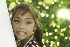 Śliczna azjatykcia dziewczyna cieszy się z bożonarodzeniowe światła Fotografia Royalty Free
