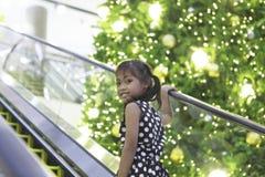 Śliczna azjatykcia dziewczyna cieszy się z bożonarodzeniowe światła Zdjęcia Royalty Free