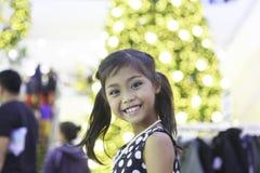Śliczna azjatykcia dziewczyna cieszy się z bożonarodzeniowe światła Obraz Royalty Free