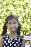 Śliczna azjatykcia dziewczyna cieszy się z bożonarodzeniowe światła Obrazy Stock