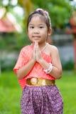 Śliczna azjatykcia dziewczyna jest ubranym typową tajlandzką suknię Zdjęcie Royalty Free