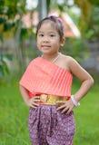 Śliczna azjatykcia dziewczyna jest ubranym typową tajlandzką suknię Zdjęcia Royalty Free