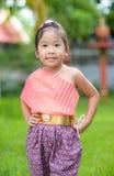 Śliczna azjatykcia dziewczyna jest ubranym typową tajlandzką suknię Obrazy Royalty Free