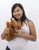 Śliczna azjatykcia dziewczyna z misia pluszowego koniem Fotografia Royalty Free