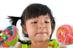 Śliczna azjatykcia dziewczynka i duży lizak Zdjęcia Stock