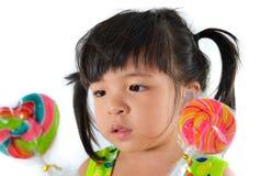 Śliczna azjatykcia dziewczynka i duży lizak Obrazy Stock