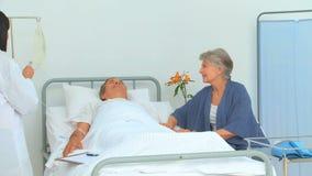 Śliczna azjatykcia pielęgniarka słucha bicie serca zdjęcie wideo