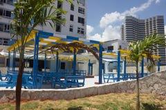 Śliczna błękitna i żółta restauracja w na wolnym powietrzu blisko jezdni Obrazy Stock