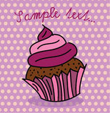 Śliczna babeczka z purpurową polewą Zdjęcie Royalty Free
