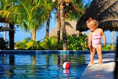 Śliczna berbeć dziewczyna bawić się z piłką w dopłynięciu Zdjęcie Stock
