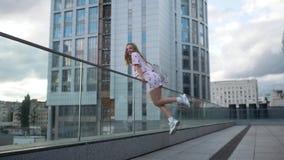 Śliczna beztroska millenial modniś dziewczyna ma zabawę i uśmiech, miastowe miasto ulicy przy tłem zdjęcie wideo