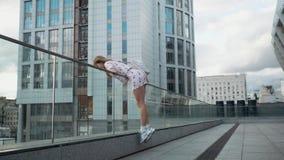Śliczna beztroska millenial modniś dziewczyna ma zabawę i uśmiech, miastowe miasto ulicy przy tłem zbiory wideo