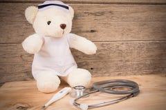 Śliczna biała tebby niedźwiadkowa odzieży pielęgniarka z stetoskopem i termometrem zdjęcia royalty free