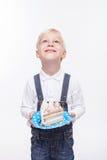 Śliczna blond chłopiec świętuje jego urodziny obraz royalty free