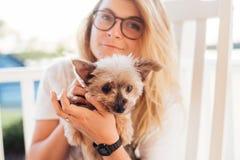 Śliczna blondynka Terrier i jej Yorkshire zdjęcia stock