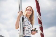 Śliczna blondynka trzyma dalej omasztowywać jachtu letniego dzień zdjęcie royalty free