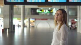 Śliczna blondynka w pustym lotnisku zdjęcia stock