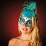 Śliczna blondynki kobieta z Venice maską na jej twarzy wspaniałym portrai Zdjęcie Stock