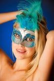 Śliczna blondynki kobieta z Venice maską na jej twarzy wspaniałym portrai Obrazy Royalty Free