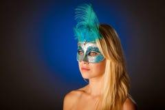 Śliczna blondynki kobieta z Venice maską na jej twarzy wspaniałym portrai Obrazy Stock