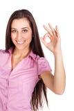 Śliczna brunetka pokazuje ręce szyldowego ok Obrazy Royalty Free