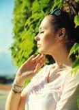 Śliczna brunetka relaksuje w ogródzie Zdjęcie Stock