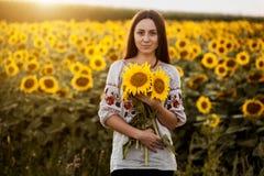 Śliczna brunetka w kwitnie słonecznika polu Zdjęcia Royalty Free