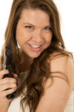Śliczna brunetki kobieta wskazuje czarny pistoletowy ono uśmiecha się Obrazy Royalty Free