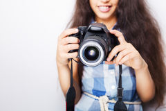 Śliczna brunetki mała dziewczynka trzyma fotografii kamerę Obraz Stock