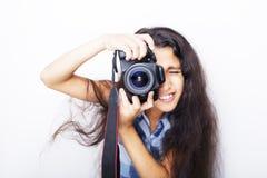 Śliczna brunetki mała dziewczynka trzyma fotografii kamerę Zdjęcia Stock