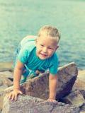 Śliczna caucasian chłopiec przy nadmorski zdjęcie stock
