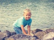 Śliczna caucasian chłopiec przy nadmorski obraz stock