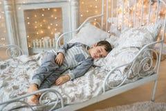 Śliczna chłopiec śpi w pokoju Fotografia Royalty Free