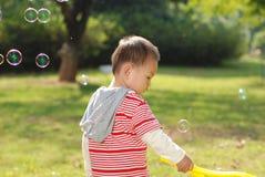 Śliczna chłopiec bawić się bąble Obrazy Stock