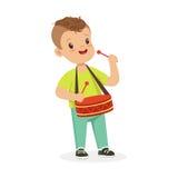 Śliczna chłopiec bawić się bęben, młody muzyk z zabawkarskim instrumentem muzycznym, muzykalna edukacja dla dzieciak kreskówki we ilustracji
