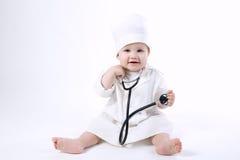 Śliczna chłopiec bawić się lekarkę zdjęcie royalty free