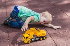 Śliczna chłopiec bawić się samotnego, aspołecznego dziecka, obrazy royalty free