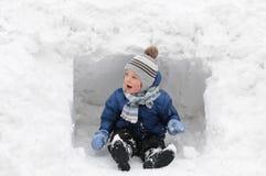Śliczna chłopiec bawić się w śniegu fotografia stock