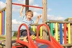 Śliczna chłopiec bawić się w boisku fotografia royalty free
