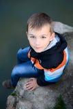 Śliczna chłopiec blisko jeziora Obrazy Stock