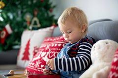 Śliczna chłopiec, czyta książkę przed choinką w domu obraz royalty free