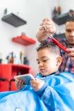 Śliczna chłopiec Dostaje włosy Ciący w fryzjera męskiego sklepie tła piękna błękitny pojęcia zbiornika kosmetyczny głębii szczegó zdjęcia stock