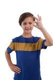 Śliczna chłopiec gestykuluje zadowalającego ręka znaka Obraz Royalty Free