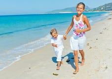 Śliczna chłopiec i dziewczyna na plaży Obrazy Royalty Free