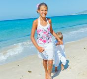Śliczna chłopiec i dziewczyna na plaży Obraz Royalty Free