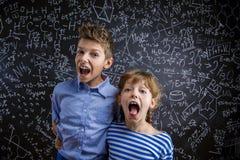 Śliczna chłopiec i dziewczyna przed dużym Fotografia Royalty Free