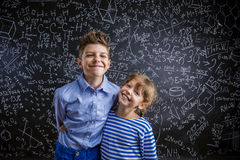 Śliczna chłopiec i dziewczyna przed dużym Obrazy Stock