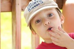 Chłopiec łasowania czarna jagoda fotografia royalty free